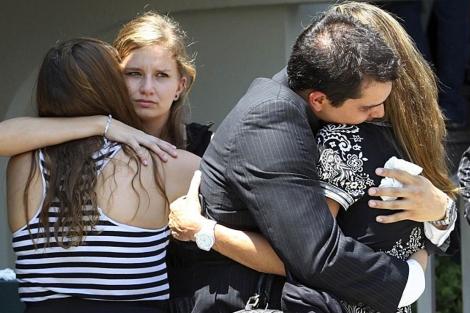 Familiares de las víctimas del atentado en el Casino Royale de Monterrey. | Reuters