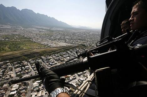 Militares vigilan con armas la ciudad de México desde un helicóptero. | Reuters