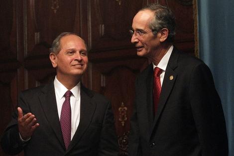 El nuevo embajador de EEUU en Guatemala, Arnold Chacón (i), y el presidente Álvaro Colom. | Efe