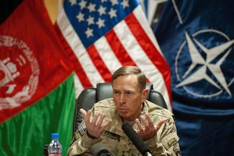 El general estadounidense David Petraeus, en una rueda de prensa en Kabul. | Reuters