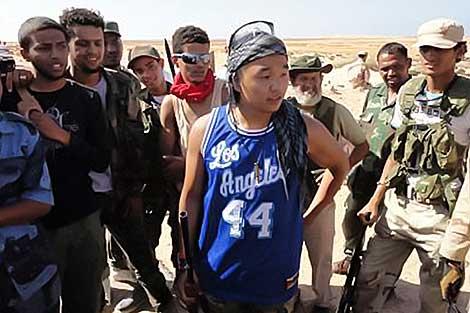El joven estadounidense Chris Jeon habla con los rebeldes libios.