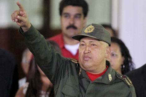 Hugo Chávez saluda a sus seguidores desde el Palacio de Miraflores. | Reuters