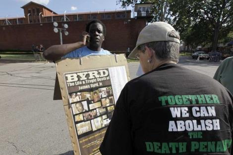 Dos personas se manifiestan en los exteriores del Departamento de Justicia Criminal de Texas. | AP