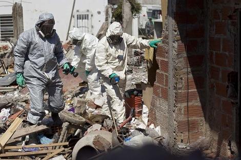 Agentes de la Policía Científica de Argentina buscan evidencias en el lugar de la explosión. | AP