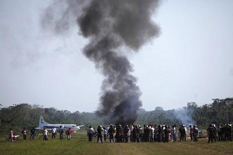Manifestantes protestan frente a la Policía en el aeropuerto de Rurrenabaque este lunes. | AP