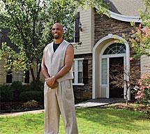 Kenneth Robinson delante de su casa.
