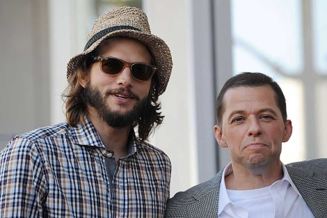 Ashton Kutcher posa junto a su co-estrella Jon Cryer de 'Two and a Half Men'. | AFP