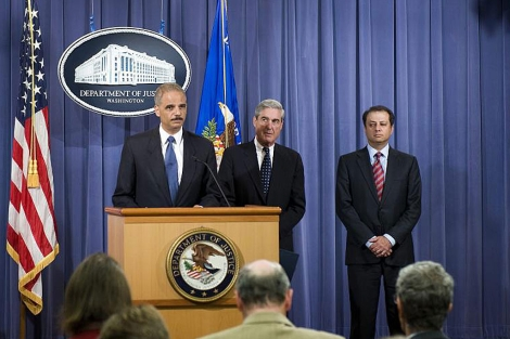 Eric Holder (c), y el director del FBI, Robert Mueller (c-d). | Efe