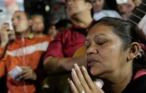 Una mujer llora en la Plaza Bolívar de Caracas.   Efe