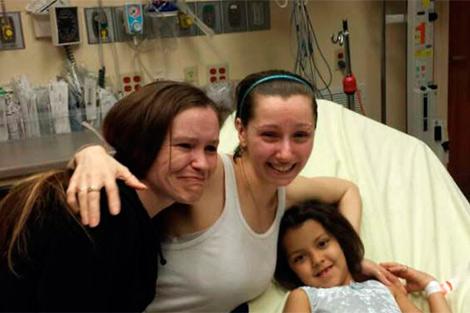 Amanda Berry (centro) con su hermana (izq.) en el hospital tras ser liberada. | Afp