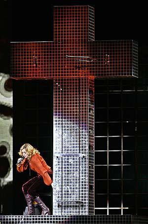 Madonna, junto al polémico crucifijo. (Foto: REUTERS) VEA MÁS FOTOS