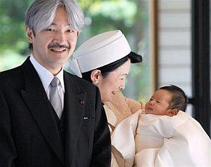Hisahito, junto a sus padres. (Foto: AP)