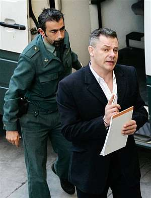 Tony King sale de un furgón de la Guardia Civil el pasado lunes. (Foto: AP)