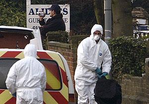Agentes policiales recogen pruebas en el lugar donde ha sido detenido el segundo sospechoso. (Foto: AP)