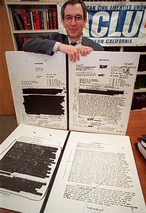Jon Weiner muestra algunos documentos secretos en una imagen de 2000. (Foto: AP)