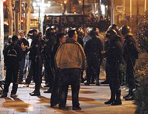 Antidisturbios en una de las calles de Alcorcón. (Foto: EFE)