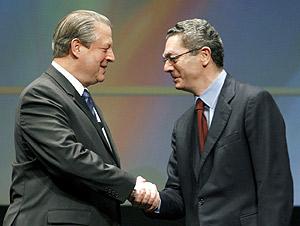 Gallardón saluda a Al Gore al inicio del encuentro. (Foto: EFE)