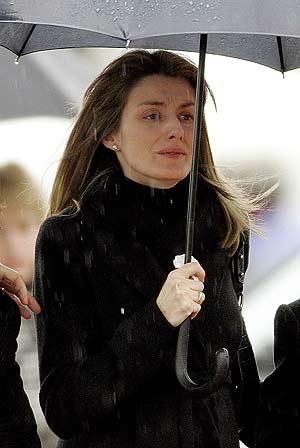 Letizia Ortiz camina con la mirada perdida al llegar al tanatorio. (Foto: Reuters)