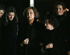 Letizia Ortiz, junto a la Reina, su madre, Paloma Rocasolano, y la Infanta Elena. (Foto: Reuters)