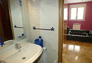 Imagen del interior del baño y una habitación de uno de los pisos. (Foto: J. Palomar)