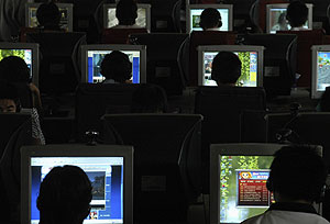 Varios internautas delante de sus pantallas. (Foto: REUTERS)