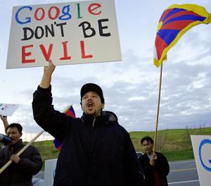 Manifestantes contra Google frente a la sede de la empresa. (Foto: REUTERS)