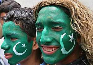 Jóvenes paquistaníes maquillados con la bandera del país. (Foto: AP)