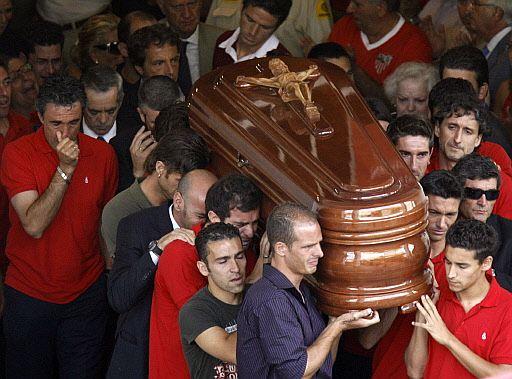 Jugadores del Sevilla portan el féretro de Antonio Puerta