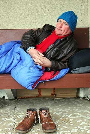 Mitchell en el banco donde vive. (Foto: Splash News)