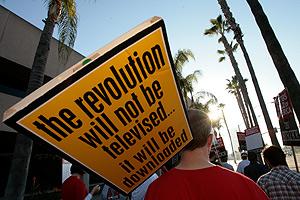 Los huelguistas, el pasdo día 8 de febrero frente a los estudios de la NBC en Burbank (California). (Foto: AP)