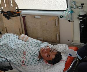 Un herido camino del paso de Rafah. (Foto: AFP)