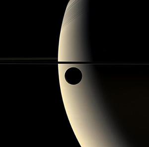 Imagen de la luna Rhea en tránsito frente a Saturno. (Foto: NASA)
