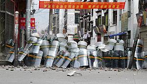 Soldados chinos se protegen de las piedras que les tiran los manifestantes. (Foto: REUTERS)