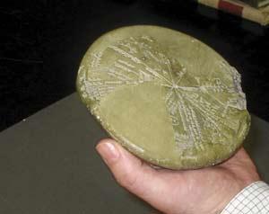 La inscripción tallada en esta tablilla del año 700 antes de cristo describe la caída del meteorito que pudo destruir sodoma y gomorra. (foto: universidad de bristol)
