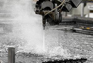 Máquina de corte por chorro de agua, una de las tecnologías más avanzadas de Aresa. (FOTO: J. M. Lostau)