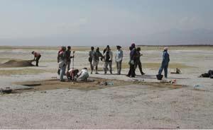 El equipo de paleontólogos trabajando en Tanzania. (Foto: Manuel Domínguez-Rodrigo)