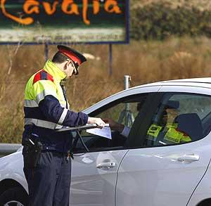 Un mosso d' Esquadra pide la documentación a un conductor. (Foto: Rudy)