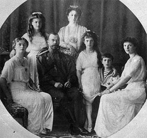 El zar Nicolás II y la zarina Alexandra, rodeados de sus hijos.