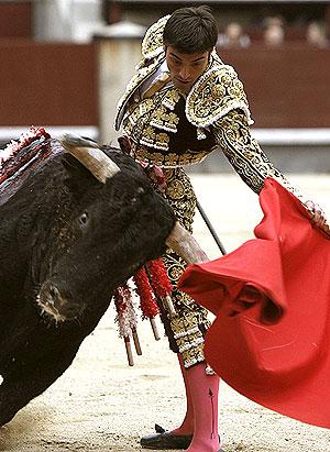 El diestro Antón Cortés da un pase con la muleta a uno de sus toros, durante la primera corrida de la Feria de San Isidro. (Foto: EFE)