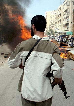 Un miliciano avanza por las calles de Trípoli. (Foto: EFE)