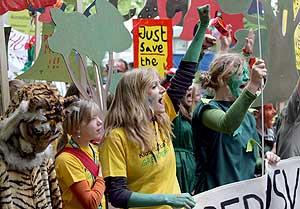 Activistas de Greenpeace durante una manifestación en la primera jornada de la Novena Conferencia de las Partes (COP9) de la Convención sobre Biodiversidad de la ONU en Bonn. (Foto: EFE)