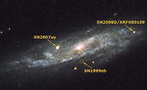 Imagen del 'Swift' de la galaxia 'NGC 2770' con dos supernovas, 'SN 2007 UY' y la recién nacida 'SN 2008 D'. Junto a ellas, una antigua supernova detectada en 1999, ya extinta. (Foto: NASA)