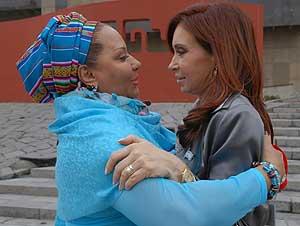 Piedad Córdoba, una de las afectadas, durante un encuentro con Cristina Kirchner. (Foto: EFE)