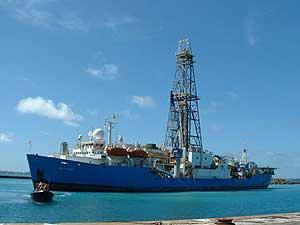 Imagen del barco perforador que se utilizó para acceder a los microbios, encontrados a 1.626 metros de profundidad. (Foto: 'Science')
