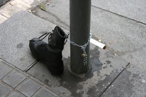 La primera de las intervenciones del proyecto fue colocar esta bota entre las calles Diputación y Nápoles, en Barcelona. (Foto: 59 EUROS)