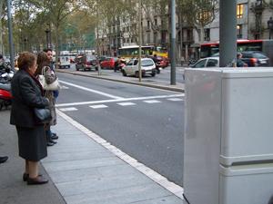 A la derecha, una nevera que se encadenó en la plaza Universitat de Barcelona (Foto: 59 EUROS)