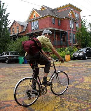 Ciclista en la Sunnyside plaza de Portland.