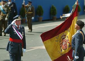 El Rey saluda a la bandera en el desfile de Sevilla de 2006. (Foto: EFE/Eduardo Abad)