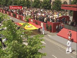 Una gran bandera presidió el inicio del desfile en Zaragoza . (Foto: TVE)