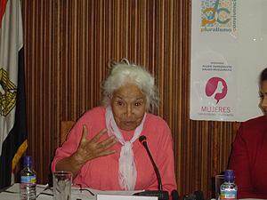 Nawal al Saadawi durante su intervención. (Foto: Mujeres para el Diálogo y la Educación)